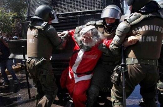 【サンタクロース逮捕おもしろ画像】一体なにを? 警官に連行されるサンタクロース(笑)