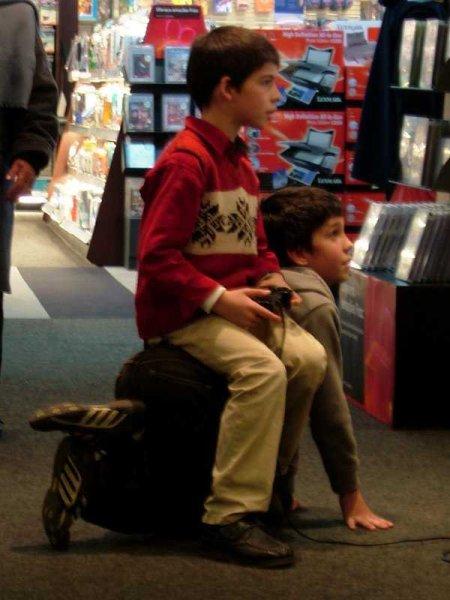 可哀想! ゲームショップのゲームがやりたくて友だちを椅子にする子ども(笑)