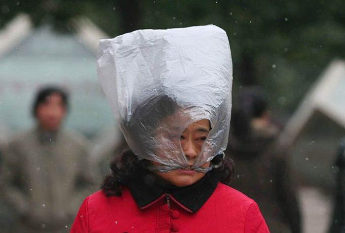 雪よけ! 中国武漢市で雪の日にビニール袋を被る女性がシュール(笑)