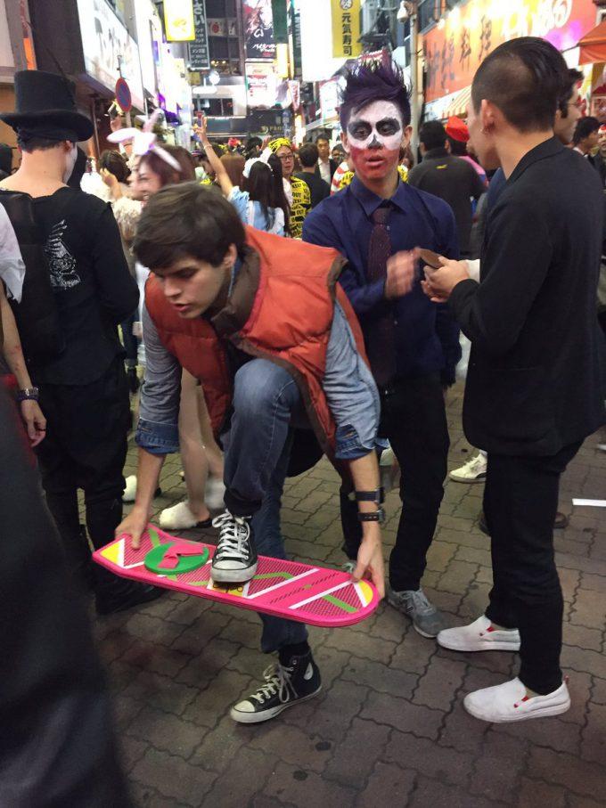 【渋谷ハロウィンおもしろ仮装画像】未来から来た! 渋ハロに来ちゃった『バック・トゥ・ザ・フューチャー』主人公のマーティ仮装(笑)