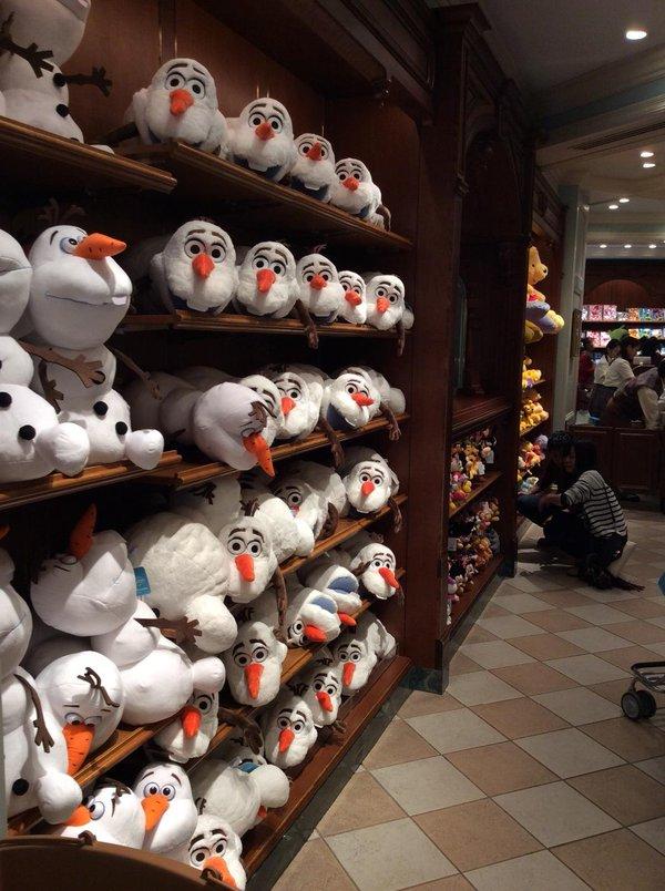 こっち見んな! 東京ディズニーランドのショップ「グランドエンポーリアム」に並んでいたオラフ(笑)