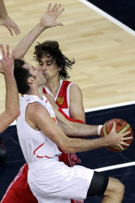 キス! 2012ロンドンオリンピックのバスケ試合中に対戦相手と危うくキスするハプニング(笑)