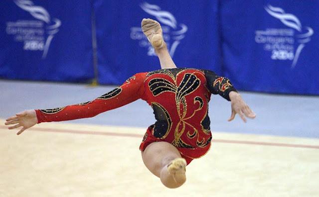 頭どこ? オリンピック体操選手の頭が足のように見える決定的瞬間(笑)