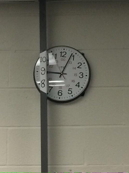 雑! 柱に隠れて時間が見えないので手書きで数字が書かれた掛け時計(笑)