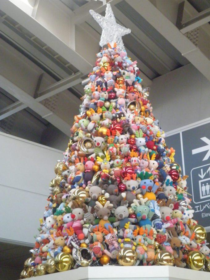 かわいい! 日暮里駅の『フェリシモ ハッピートイズプロジェクト』クリスマスツリー(笑)