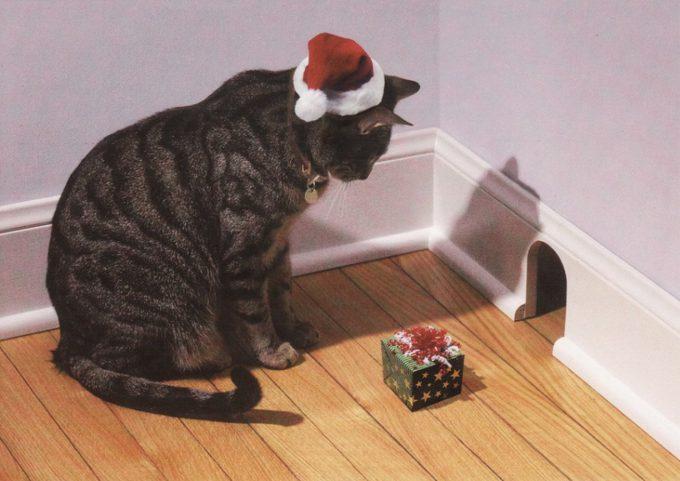 来ないニャ! クリスマスプレゼントを上げようとネズミの巣の前で待つ猫(笑)