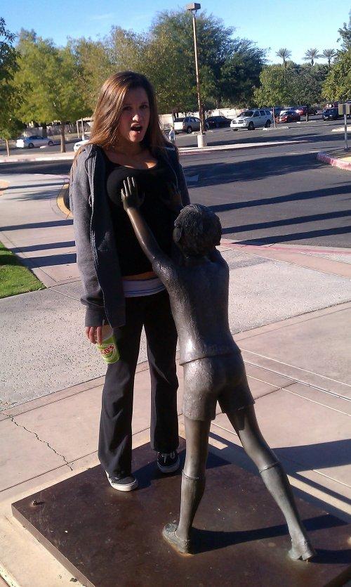ちょっと! 女性の胸にタッチする銅像にびっくり(笑)