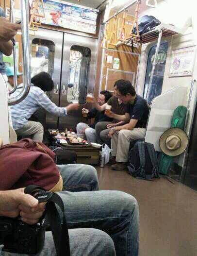 ここは居酒屋? 電車内の優先席で酒盛りする集団にびっくり(笑)