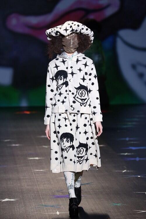 ダサい! ファッションショーで藤子・F・不二雄のイラストみたいなファッション(笑)