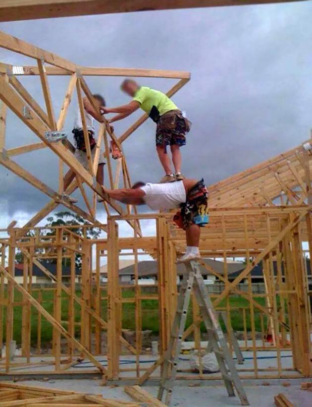 サーカス団! 家の建築で脚立に乗る人の上に乗る作業員(笑)