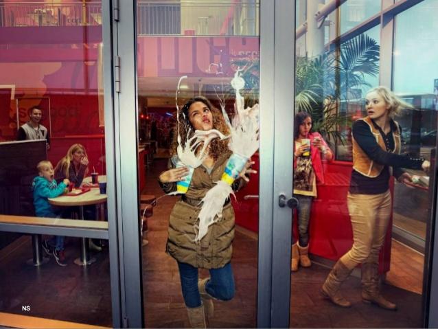 ドンッ! 両手にジュースを持った女性、ガラスドアに気付かずドアに激突(笑)