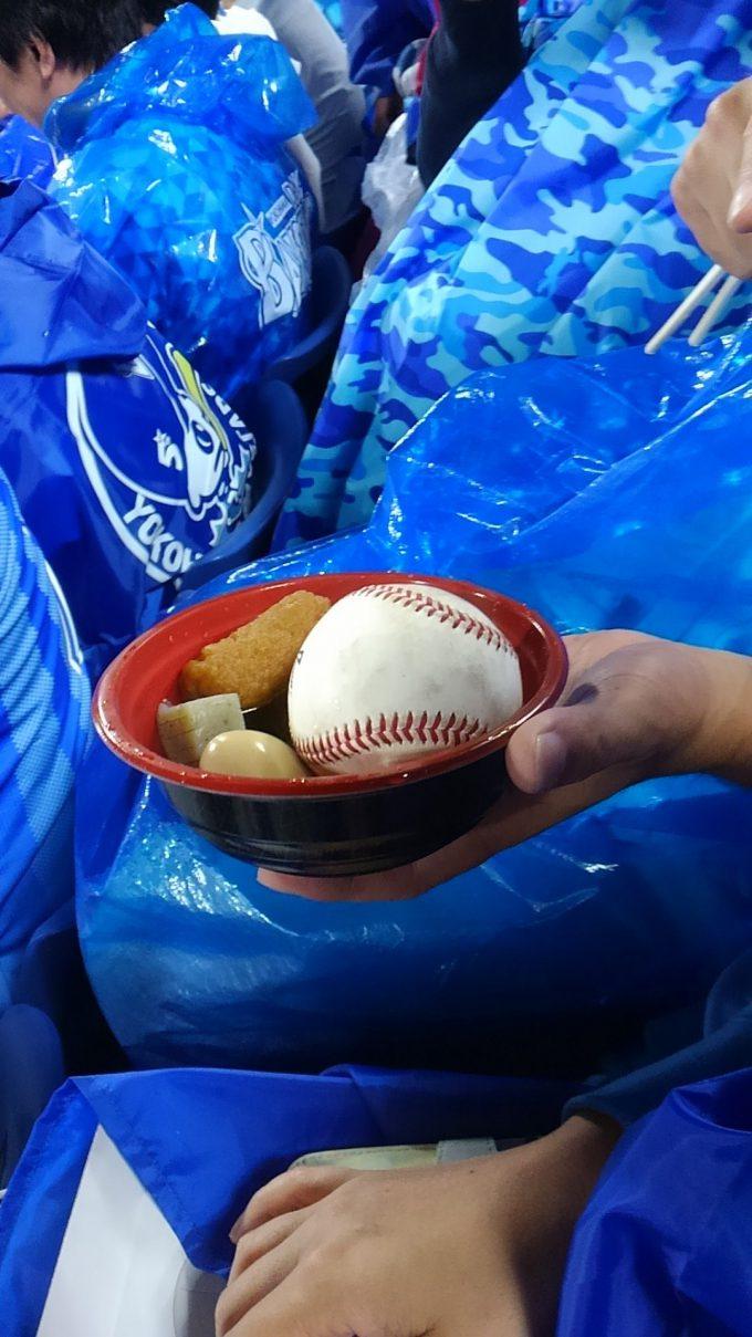 【野球おもしろ画像】ラッキー? 野球を観戦中、ファールボールがおでんの中に入るという珍事(笑)
