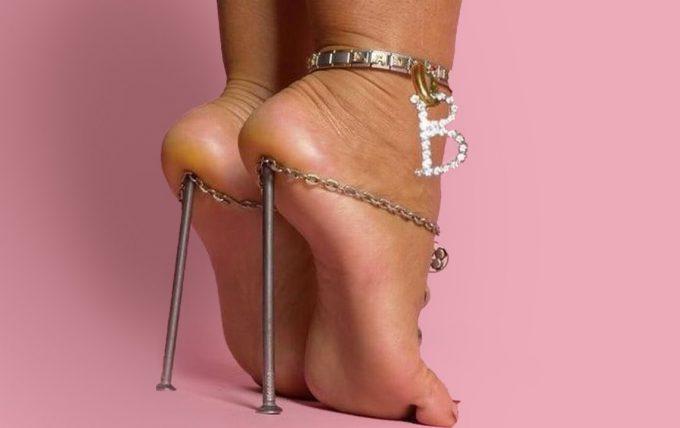 歩ける? 痛いし、もはや履いてないと言っていい釘ハイヒール(笑)