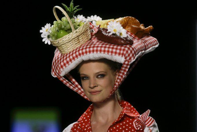 ピクニック! 頭の上で食事をするかのような奇抜なファッション帽子(笑)