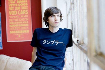 かっこいい? 外国人が着ている「タンブラー。」と書かれた変な日本語Tシャツ(笑)