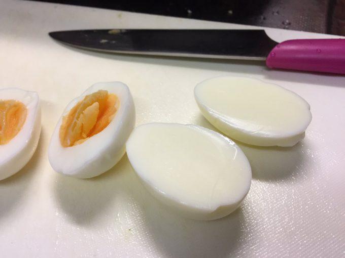 見たことない! ゆで卵を半分に切ってみたら黄身がないことにびっくり(笑)