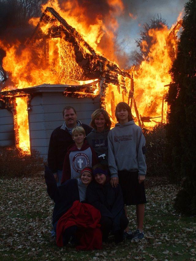 はいチーズ! 家が燃えてるのに笑顔で記念撮影するファミリー(笑)