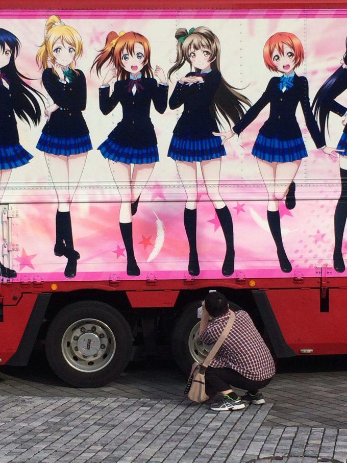【オタクおもしろ画像】もうちょい! 『ラブライブ!』の広告宣伝車をおかしな角度から撮影しようとするオタク(笑)