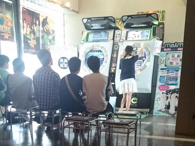 【オタクおもしろ画像】気になる! ゲーセンでセガ音ゲー『maimai』をプレイする女子を見守るオタクたち(笑)