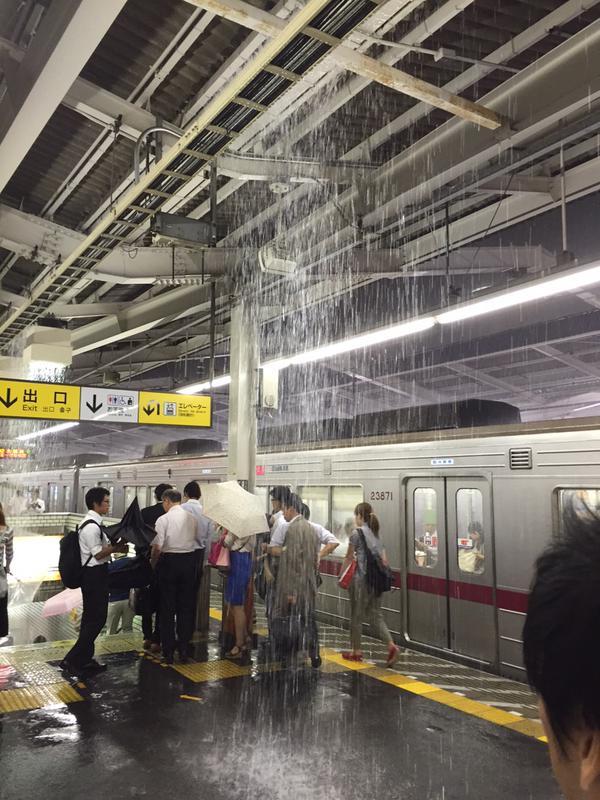 滝! ゲリラ豪雨の影響で草加駅ホームにシャワーのような雨が(笑)