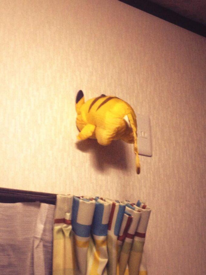 ピカ! ピカチュウのぬいぐるみをエアコン取り外した後の壁穴の応急処置に使う(笑)