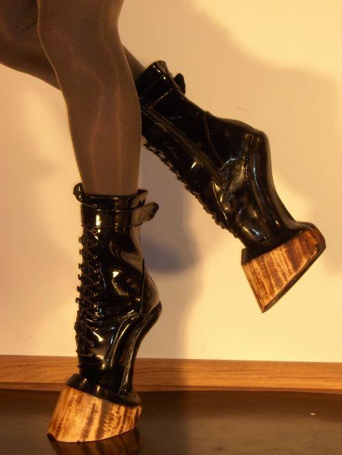 ヒヒーン! 履けば馬のように速く走れそうな蹄ブーツがかっこいい(笑)