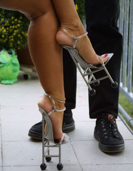 歩けない! ちょっとでも動いたら転びそうなローラースケートハイヒール(笑)