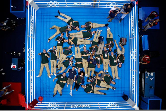 お疲れ様! 2012ロンドンオリンピックでボクシング試合終了後に記念撮影する関係者たち(笑)