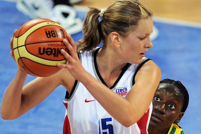 じー! 2008北京オリンピックバスケの試合で相手を見つめる選手の表情がシュール(笑)