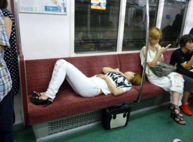 マナー悪すぎ! 酔っぱらったのか電車内で4席も占領して眠る女性(笑)