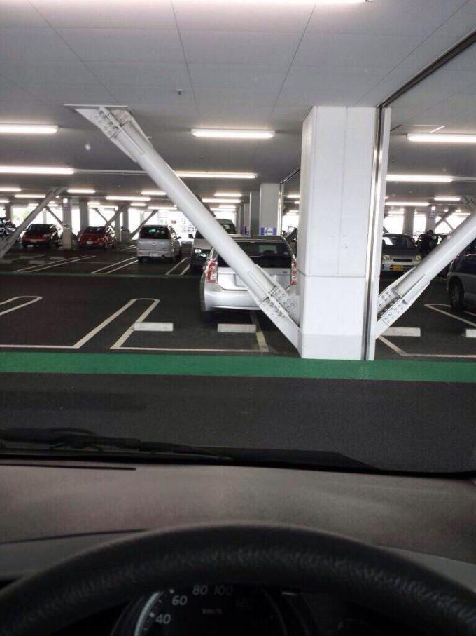 マナーの悪い駐車をするプリウス