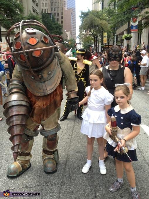 【海外ハロウィンおもしろ仮装画像】レベル高! ゲーム『BioShock』のビッグダディ&リトルシスターコスプレ(笑)