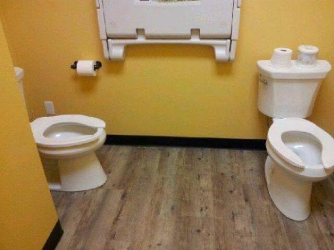 一緒に! 一部屋に便座が2つある仲いい人向けトイレ(笑)