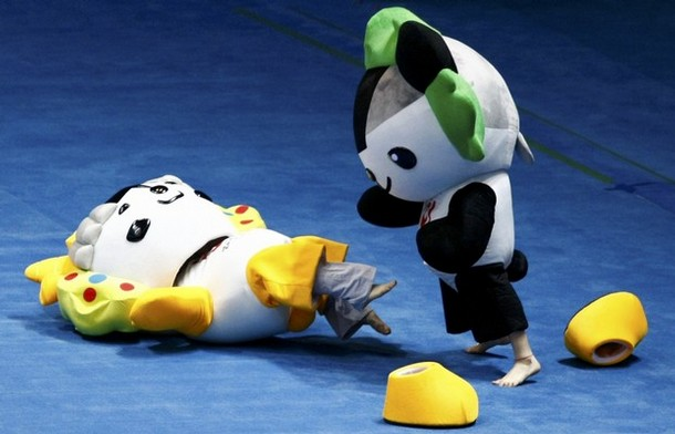 何やってるの? 2008北京オリンピックのマスコットたちが遊んでます(笑)