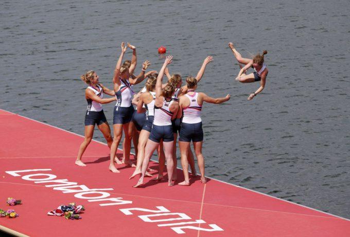それ! 2012ロンドン五輪で金メダルの米ボート女子エイト、Mary Whippleを湖に投げる(笑)