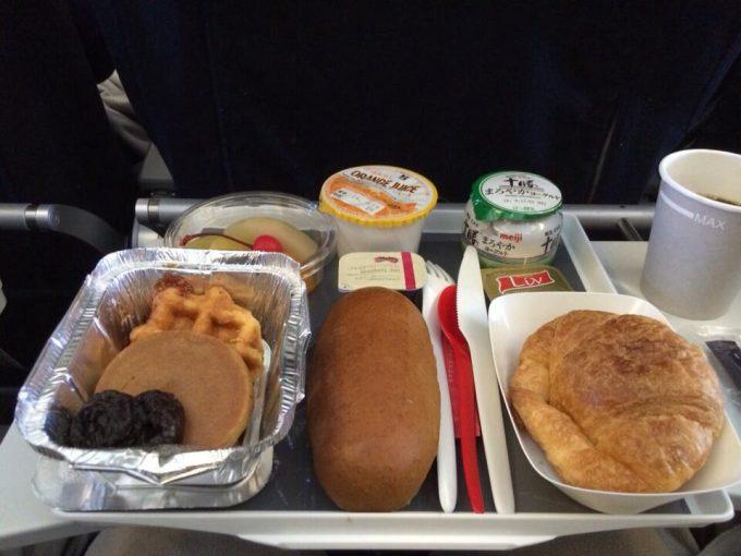 炭水化物! エールフランスの機内食がパン尽くしで偏りすぎ(笑)