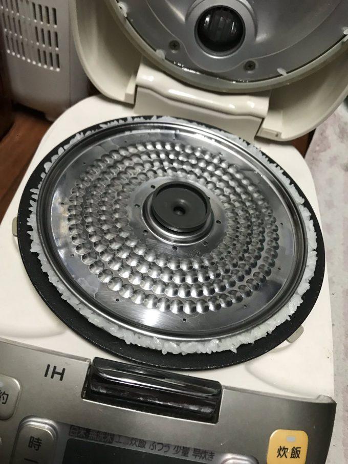 【食べ物おもしろ画像】溢れる米! 妹に5.5合で炊飯を頼んだらすごいことに(笑)