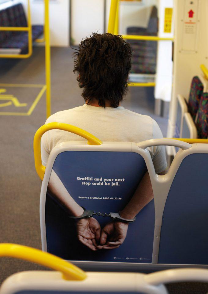逮捕! 海外の電車内に設置された「落書き反対広告」の発想がおもしろい(笑)