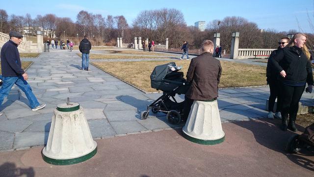 グサッ! 公園のオブジェに腰掛ける男性が大丈夫なのか心配になります(笑)