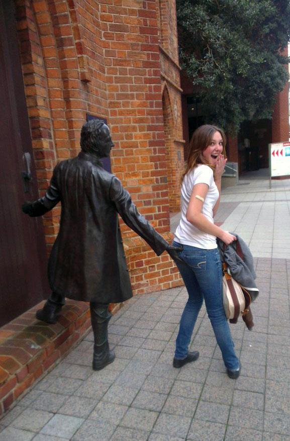 キャー! 手を伸ばした銅像に体をあて悪ふざけをする女性(笑)