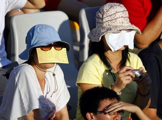 見える? オリンピック競技中に日焼けを気にする観戦客(笑)