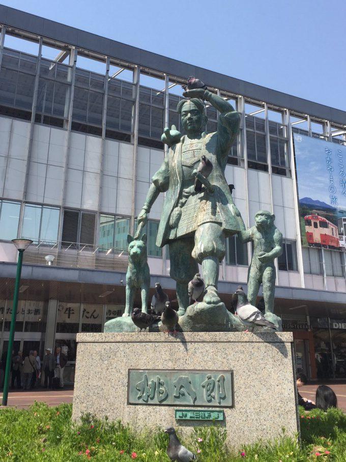 ポッポー! 岡山駅前の桃太郎像、お供が多すぎます(笑)