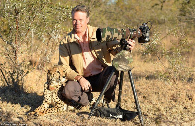 仲良し! チーターと一緒に写真を撮る海外フォトグラファーChris du Plessisさん(笑)