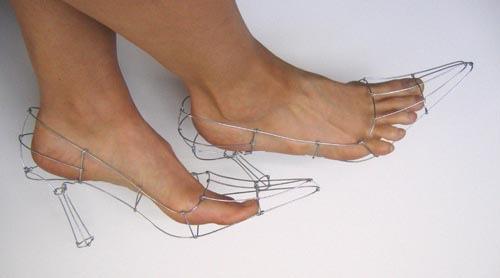 素足と同じ! Polly Verityさんが作ったワイヤーハイヒールが履く意味なし(笑)
