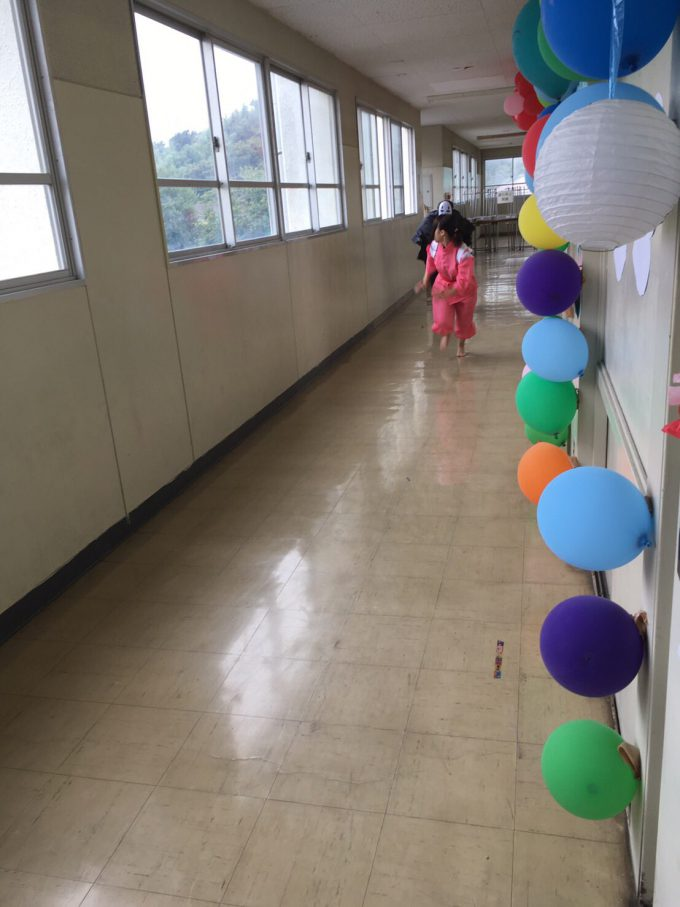 千尋ー! 文化祭で繰り広げられた『千と千尋の神隠し』の千尋を追うカオナシ(笑)
