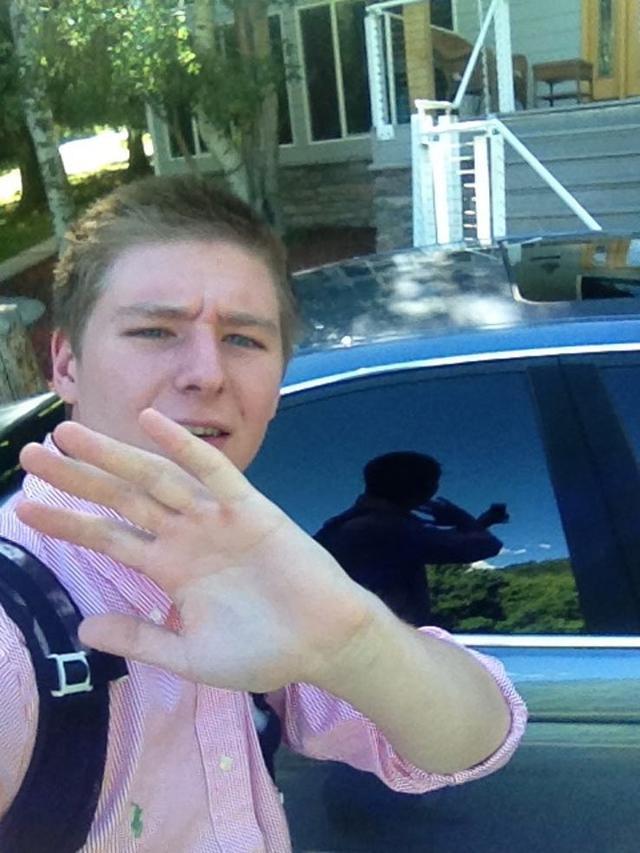 悲しい! 誰かに撮られた風に自撮りしたら、車のウィンドウ反射のせいで台無しに(笑)