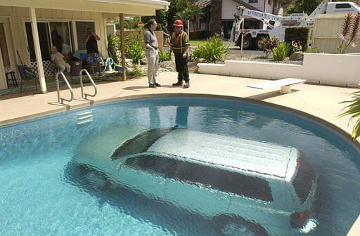 なにがあった? 車が家のプールに水没してしまう事故(笑)