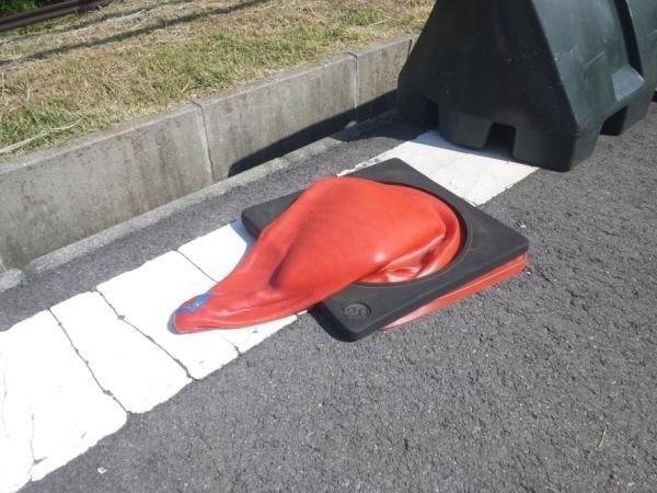 【猛暑で溶ける三角コーンおもしろ画像】暑すぎ! 夏の暑さのせいで三角コーンが溶ける(笑)