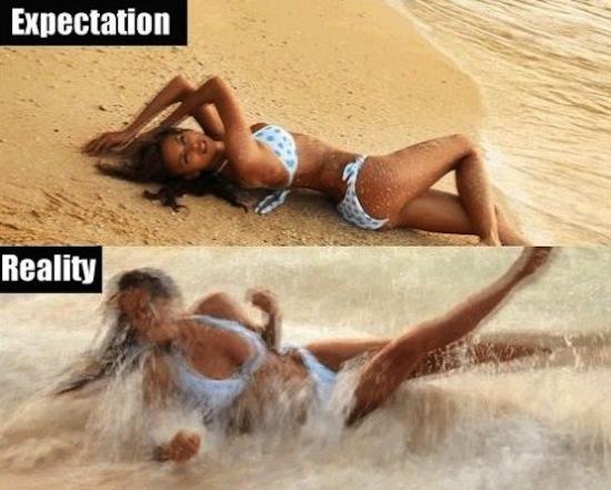 【海おもしろ画像】海辺に横たわって格好良く撮影する女性の理想と現実(笑)
