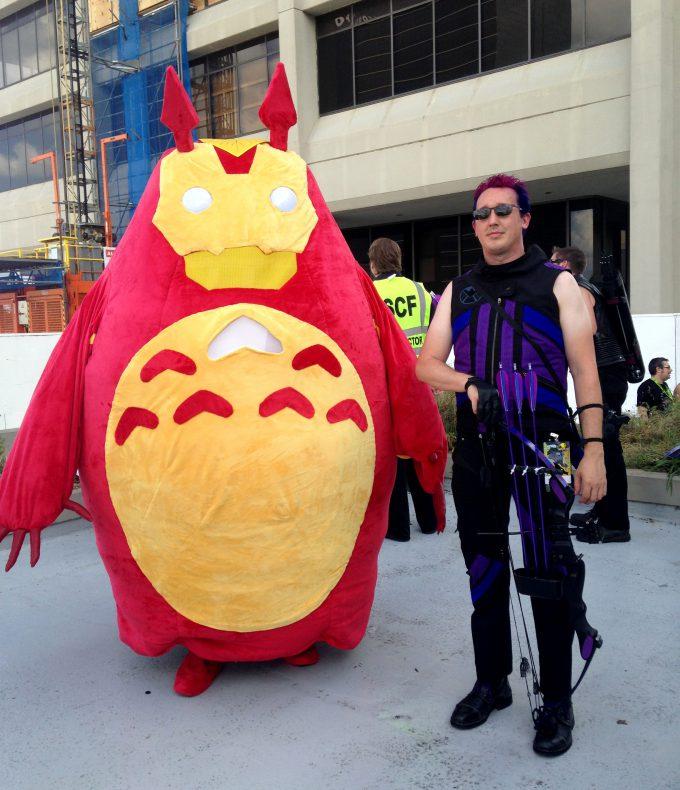 【おもしろコスプレ画像】2014ドラゴン・コンで見かけたマーベルのホークアイとトトロアイロンマンコスプレ(笑)